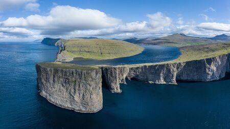 Jezioro Leitisvatn i Tralanipan, skała niewolników, w pobliżu wodospadu Bosdalafossur na wyspie Vagar, Wyspy Owcze