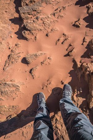 Feet in Wadi Rum Desert red sands, Jordan Standard-Bild
