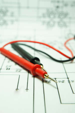 ingenieur electricien: V�rification du circuit par Multi-Meter. Ing�nieur �lectrique durant unit� de v�rification de carte de circuit imprim� par Multi-Merer. Banque d'images