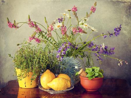 champ de fleurs: herbes de jardin, fleurs des champs dans vase et de citronniers fuits avec une texture grunge effet r�tro Instagram-like