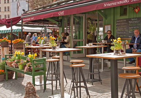 in the open air: An open air coffee offers leisure time to the shoppers of the Viktualien markt, a famous market in the center of the town, open every working day,http:www.viktualienmarkt-muenchen.de Editorial