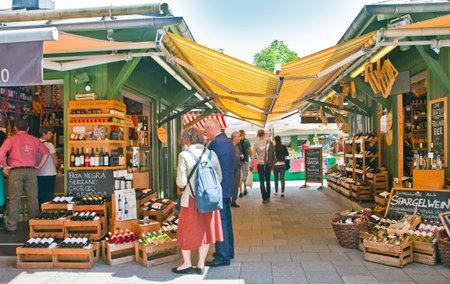 ミュンヘン、ドイツ。ミュンヘン中心ニュンフェンブルク マルクト戸外市場は定期的なバイヤーや観光客に毎日のグルメ料理とワインを提供してい 報道画像