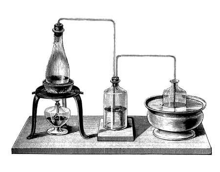 """destilacion: Equipo de la qu�mica de la vendimia, dispositivo para llevar a cabo una destilaci�n doble (rectificaci�n) mediante la inserci�n entre hervidor de agua y un condensador """"matraz opodeldoc"""" para alimentar de nuevo en la parte hervidor de agua del primer producto de destilaci�n Foto de archivo"""