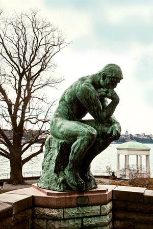 ストックホルム スウェーデン 2015 年 3 月 28 日。ストックホルム Waldemarsudde パブリック ガーデンでロダン考える人。世界中いくつかの 1 つはロダン E 報道画像
