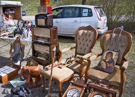 reloj de pendulo: Eching, Germany - spring open air flea market, home furniture and vintage radio on display