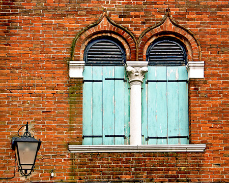 column arch: Typical Venetian architecture named bifora: two arch pointed windows separated by a white marble column