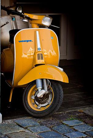 Weiss Retro Vespa Im Retro Stil Hintergrund Lizenzfreie Fotos Bilder
