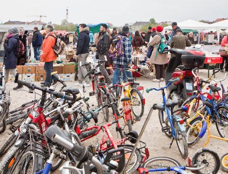 ミュンヘンに使用される bicykles の素晴らしい選択をオープンエアの巨大なフリー マーケット、ババリア、春の 1 日のためにだけ 2000 以上の市場の屋