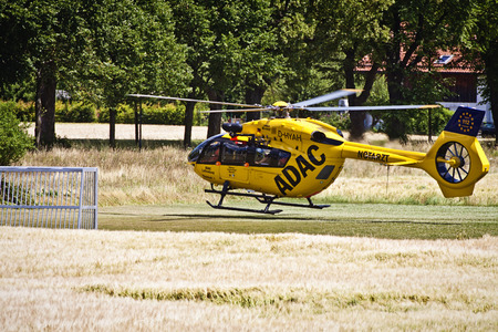 It does not happen any day to a helicopter in an emergency service landing in front of your door, on a small soccer pitch surrounded by wheat fields. It took a long time to get a car.
