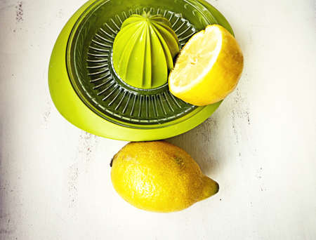Lemon squeezer, easy manual kitchen toool to collect the juice of the fruits Banque d'images