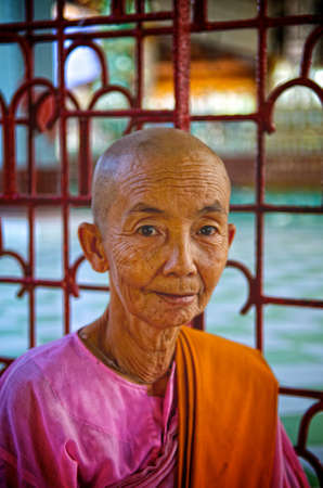 moine: Female Monk �ditoriale