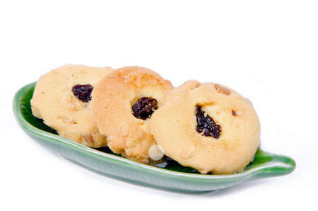 cikolatali: Oatmeal cookies with raisins on dish.