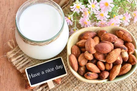 nice food: Иметь хороший день с миндалем и миндальным молоком на мешок фоне.