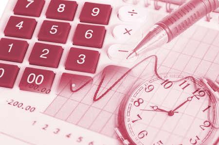reloj: imagen del informe financiero con el reloj de la pluma y la calculadora en la oficina Foto de archivo