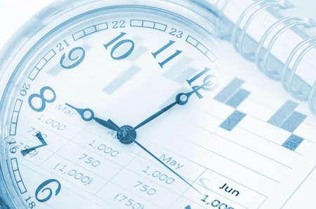 gestion documental: la tecnolog�a del futuro y el concepto de la gesti�n del tiempo - reloj, gr�fico del informe y el diario.
