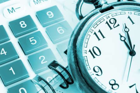 reloj: Concepto de negocio, reloj y calculadora con el documento.