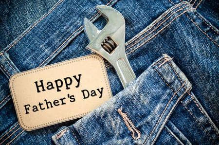 jornada de trabajo: Tarjeta del d�a de amor padre o pap� o pap� en jeans de bolsillo del padre Primer - Feliz D�a del Trabajo en la pizarra con el hierro de acero para herramientas de cromo llave de plata