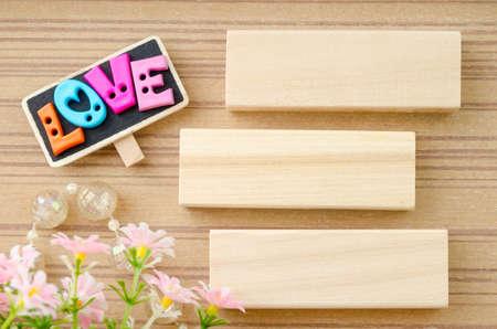 saint valentin coeur: AMOUR libell� et l'�tiquette en bois blanc avec des fleurs sur fond de bois.
