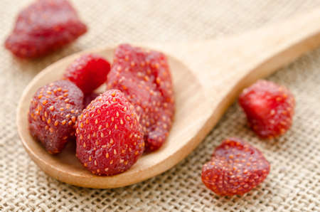 Dried strawberries in wooden spoon on sack background. 版權商用圖片 - 46272647