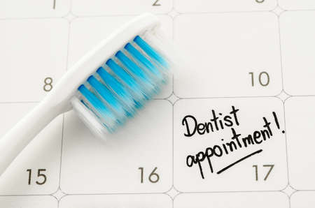"""kalendarz: Przypomnienie """"Dentysta powołanie"""" w kalendarzu z szczoteczka do zębów. Zdjęcie Seryjne"""