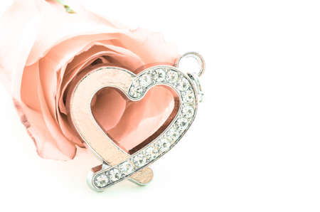 coeur diamant: forme de diamant pendentif coeur avec rose sur fond blanc, style vintage.