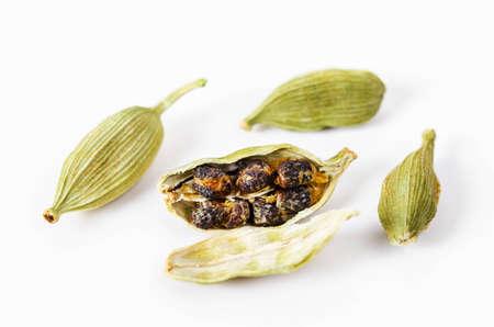 Grüne Cardamon Samen isoliert auf weißem Hintergrund. Standard-Bild - 72403600