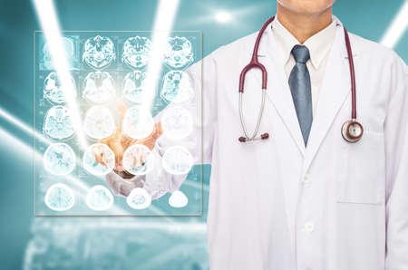 Radiólogo, Doctor, Tocar, Película, Cerebro, MRI, Hospital. Fotos ...