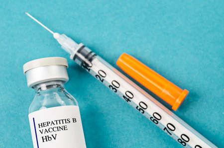 Hepatitis B HBV-vaccinflesje met spuit op laboratoriumachtergrond. Stockfoto