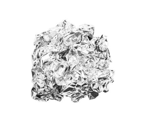 zerknitterte Kugel aus Aluminiumfolie isoliert auf weißem Hintergrund, Beschneidungspfad speichern. Standard-Bild