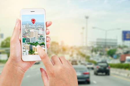 kobiece ręce trzymając inteligentny telefon pokazujący część mapy nawigatora na ekranie na drodze, koncepcja nawigacji. Zdjęcie Seryjne