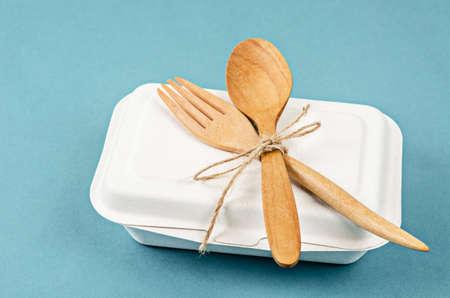 Caja de comida biodegradable con cuchara de madera. Concepto ecológico.