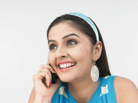 그녀의 휴대 전화에 얘기하는 아시아 소녀