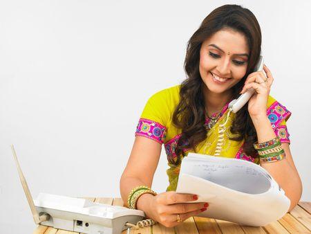 sari: asiatico mujer trabajadora en el tel�fono Foto de archivo