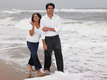 pantalones vaqueros mojados: Pareja de Asia en la playa