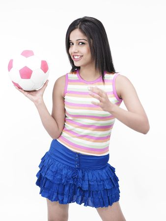 mini jupe: asian fille d'origine indienne avec un ballon de football dans la main