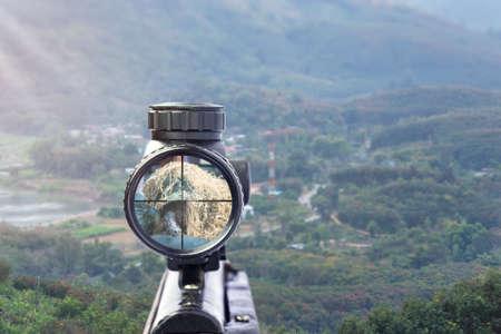 widok cel karabinu na naturalnym tle. Obraz celownika celowniczego używanego do celowania z bronią