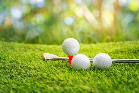 Golfbal op tee klaar om te worden neergeschoten. golfbal op tee in golfbaan zetten