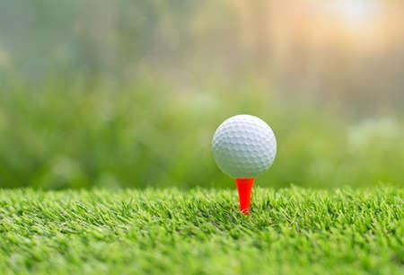 Golfball auf Abschlag bereit, geschossen zu werden. Golfball auf Abschlag im Golfplatz setzen Standard-Bild