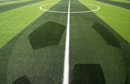 White stripe on the green soccer field from top view. beautiful pattern of fresh green grass for football sport, football field, soccer field, team sport texture Foto de archivo - 135082951