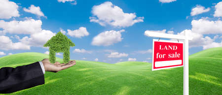 Panorama house symbol and land For Sale signboard on the meadow under clear sky in real estate sale or property investment concept, Buying new home for family. 版權商用圖片