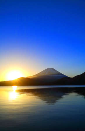 Mount Fuji of sunrise and blue sky from lake Motosu 免版税图像
