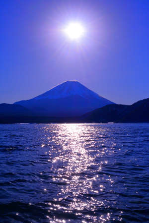 Mt. Fuji and Sun of sunrise from Lake Motosu Japan 01 / 25 / 2018 免版税图像