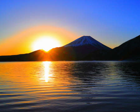 Mt.Fuji of sunrise from morning glow from lake Motosu Japan 免版税图像