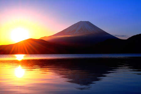 Sunrise and Mt. Fuji from Lake Motosu Japan 02 / 04 / 2017 免版税图像