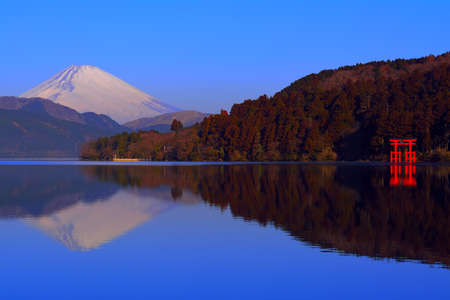 Mt. Fuji and the Torii of Peace from Lake Ashi Hakone Japan 02 / 09 / 2018 免版税图像