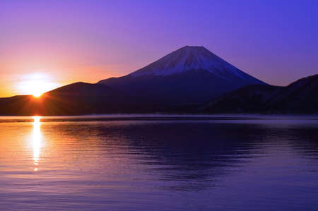 Mount Fuji and Sunrise of the morning glow from Lake Motosu Japan 免版税图像