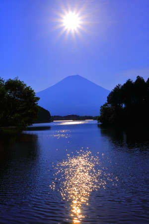 The sun and Mt. Fuji from Lake Tanuki Japan 05 / 22 / 2018
