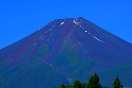 Mount Fuji during mountain climbing season from Fujiyoshida City, Japan 免版税图像