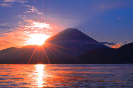 The Sun of sunrise and Mount Fuji from Lake Motusu JAPAN 12 / 11 / 2018 免版税图像