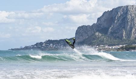 mondello: salta l'uomo sulla moto d'acqua sopra l'acqua a Mondello. Sicilia